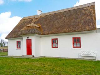 JAUNTY COTTAGE, quality thatched cottage, multi-fuel stove, garden in Cong, Ref 22412 - Northern Ireland vacation rentals