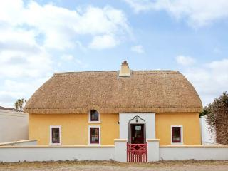 SUTTON COTTGE, thatched, family-friendly cottage, two sitting rooms, enclosed courtyard, in Ballysheen, near Rosslare Harbour, R - Wexford vacation rentals