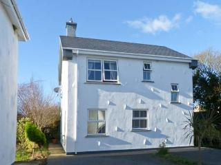 45 CASTLE GARDENS, detached cottage in popular resort, open fire, sun room, en-suite, near Rosslare Harbour, Ref 23270 - Wexford vacation rentals