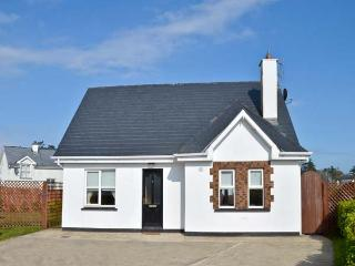 8 SEAVIEW, family-friendly, large, enclosed lawned garden, close to beach, in Courtown, Ref 23292 - Courtown vacation rentals