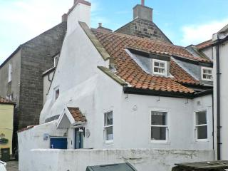 SPINDRIFT COTTAGE, seaside location, woodburner, front patio, stone's throw from beach, in Staithes, Ref 23333 - Staithes vacation rentals