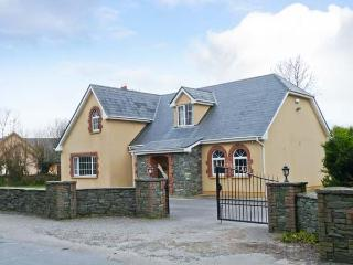 FERNWOOD, en-suites, enclosed garden, open fire, near Killarney, Ref 23404 - County Kerry vacation rentals