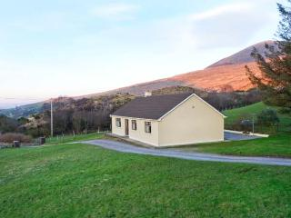 LYREBOY, single-storey cottage, open fire, pet-friendly, gardens, mountain views, near Glencar, Ref 23463 - Glencar vacation rentals