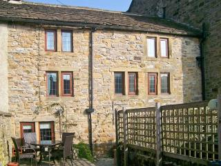 BRIDGE COTTAGE, character cottage with beams, woodburning stove and outdoor courtyard in Eyam, Ref 23944 - Eyam vacation rentals