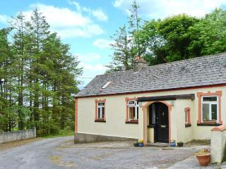 LOUGH NA LEIBE COTTAGE, tranquil location, open fire, shared garden, in Ballymote, Ref 20106 - Dingle Peninsula vacation rentals