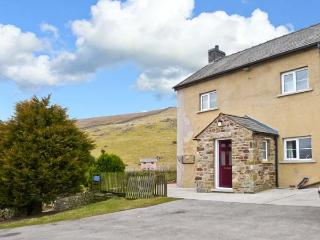 KINGSDALE HEAD COTTAGE, cottage on working farm, wonderful countryside setting near Ingleton Ref 22410 - Ingleton vacation rentals