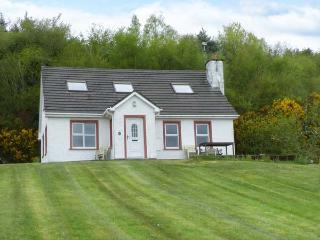 GLENCROSS COTTAGE, pets welcome, multi-fuel stove, pretty views, near Rathmullan, Ref. 25591 - Rathmullan vacation rentals