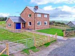 PEN Y GAER, detached cottage, on livestock farm, woodburner, enclosed garden, superb views, near Llannefydd, Ref 19983 - Llannefydd vacation rentals