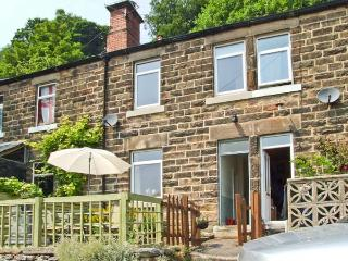 THE PAINTER'S COTTAGE, cosy cottage with village views, close National Park, ideal for touring, Matlock Bath Ref 26429 - Matlock Bath vacation rentals