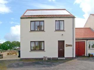 CAUSEWAY HOUSE, sea views, dog-friendly, lawned garden, on Holy Island, Ref 26555 - Holy Island vacation rentals