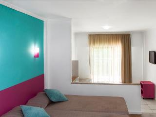 STUDIO FOR 2 ONLY 1KM FROM SALGADOS BEACH, NEAR A GOLF COURSE AND A LAGOON REF. BAYSS111096 - Albufeira vacation rentals