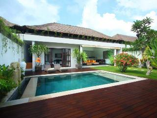 Cozy Tropical Villa Near Beach in Batubelig Seminyak - Seminyak vacation rentals