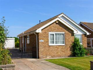 PARK VIEW, single-storey, pet-friendly cottage close to beach, enclosed garden in Filey, Ref 26149 - Filey vacation rentals