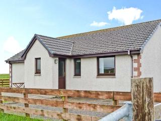 VIEWFIELD, single-storey pet-friendly cottage, close coast, great touring base, Aultbea Ref 26506 - Aultbea vacation rentals