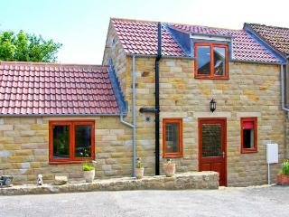 FARM YARD COTTAGE, family-friendly holiday home, two en-suite bedrooms, on working farm, in Allerston, near Pickering, Ref 27177 - Pickering vacation rentals