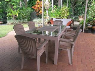Palm Cove.....tranquil ....charming seaside cottage. - Cairns District vacation rentals