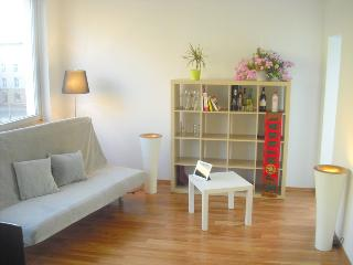 98SQM Kudamm 2 bedroom Berlin apt w/ balcony& WiFi - Berlin vacation rentals