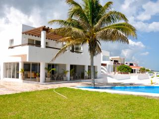 Beachfront Oasis in Chicxulub, WiFi and Pool included - Chicxulub vacation rentals