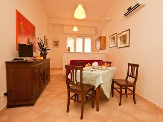 AI FIUMI, 2-ROOM APT. - Historical Center, Train Station Nearby - Bologna vacation rentals