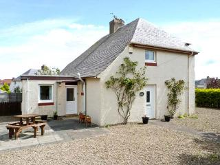 PUFFIN HOUSE, family and pet-friendly, ground floor bed, off road parking, close to coast and golf course, in Eyemouth, Ref 2701 - Scottish Borders vacation rentals