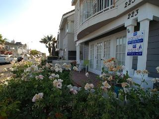 Contemporary Lower 3BD/2.5BA Condo Two Blocks from the Beach - Newport Beach vacation rentals