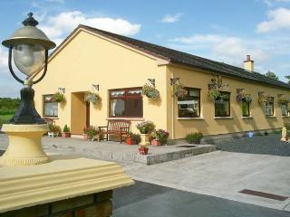 DERRY HOUSE, wheelchair accessible, pets welcome, en-suite facilities, near Listowel, Ref. 20768 - Northern Ireland vacation rentals