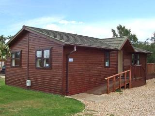 8 LAZY SWAN, detached timber holiday lodge, en-suites, on-site facilities in Tattershall, Ref 28467 - Lincolnshire vacation rentals