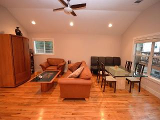 2BR Coach House Minutes to Triangle Market and UT Campus. Fall Discounts - Austin vacation rentals
