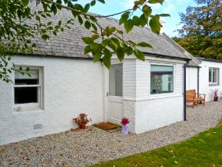 LILAC COTTAGE, stone-built cottage, all ground floor, woodburner, parking, garden, near Strathpeffer, Ref 30495 - Ross and Cromarty vacation rentals