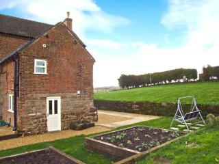 1 CABIN KNOLL, king-size double bedrooms, roll-top bath, woodburning stove, in Calwich, Ref 19874 - Derbyshire vacation rentals