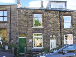 WAYFARERS COTTAGE, short stroll from Bugsworth Basin, king-size double bedroom, pet-friendly, in Buxworth near Whaley Bridge, Re - Whaley Bridge vacation rentals