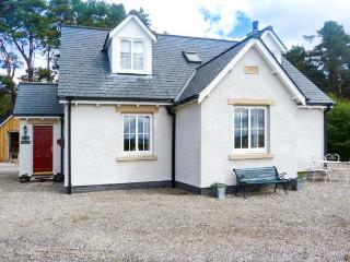 HIGHFIELD COTTAGE, patio with furniture, views of the Cairngorms Mountains, great for walking, Ref 913123 - Aviemore and the Cairngorms vacation rentals