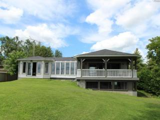 Luxury Waterfront Vacation Home with Swimming pool 5 bedroom on Lake Scugog - Kawartha Lakes vacation rentals