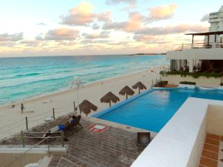 Big Sunny Terrace Direct On Beach/Pool - Cancun vacation rentals