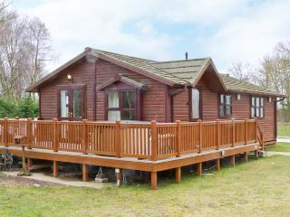 NO. 40 ROBIN LODGE, detached timber lodge, private hot tub, on-site activities, on holiday park, in Tattershall, Ref 21351 - Tattershall vacation rentals