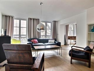 **MODERN CONDO SLEEPS 6 - STEPS FROM THE LOUVRE!** - 2nd Arrondissement Bourse vacation rentals