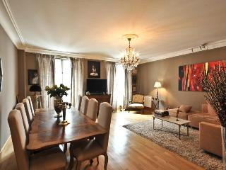 **ELEGANT APARTMENT OFF RUE MONTORGUEIL - 4 PAX** - 2nd Arrondissement Bourse vacation rentals