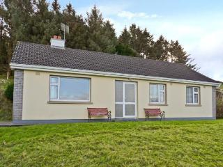 SEAFRONT, single-storey, detached bungalow, en-suite, ample parking, lawned garden, near Kenmare, Ref 17018 - Kenmare vacation rentals