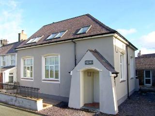 YR HEN FESTRI, former vestry, upside down accommodation, woodburner, hot tub, in Y Felinheli, Ref 24239 - Gwynedd- Snowdonia vacation rentals