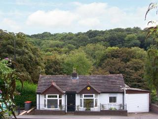 RIVERSIDE COTTAGE, pets welcome, WiFi, beautiful riverside garden, attractive cottage in Ironbridge, Ref. 29594 - Ironbridge vacation rentals