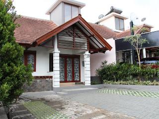 Villa 3 Bedrooms @ DagoPakar-Bandung (nice view) - Java vacation rentals