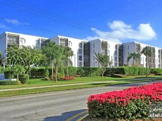 Adorable 2 bedroom 2 bathroom with screened balcony-  across from the beach! - Marco Island vacation rentals