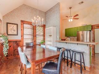 Charming 3 bedroom that is walking distance from the best of South 1st - Austin vacation rentals