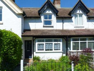 2 MANOR VILLAS, enclosed, lawned garden, WiFi, close to beach, Ref 911840 - Totland vacation rentals