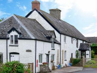 THE OLD POST HOUSE, spa bath, WiFi, off road parking, pub close by, semi-detached character cottage in Painscastle, Ref.  26921 - Painscastle vacation rentals
