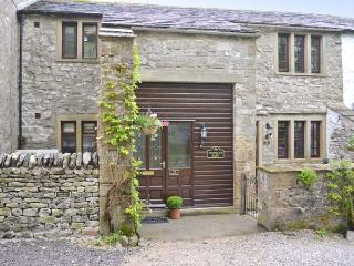 THE HAYLOFT AT TENNANT BARN, super king-size double bed, en-suite bathroom, stylishly renovated, WiFi, Ref, 29303 - Yorkshire Dales National Park vacation rentals