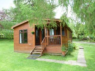 OSPREY LODGE, detached, decking with furniture, on the shores of Loch Awe, Ref 905504 - Argyll & Stirling vacation rentals