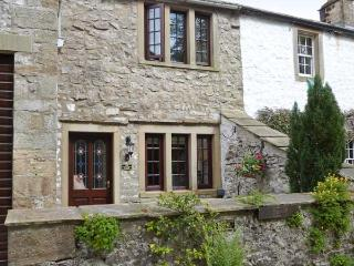 THE THRESHING FLOOR AT TENNANT BARN, zip/link beds, en-suite bathroom, modern, beams, patio, village centre 2 mins walk, Ref, 19 - Yorkshire Dales National Park vacation rentals