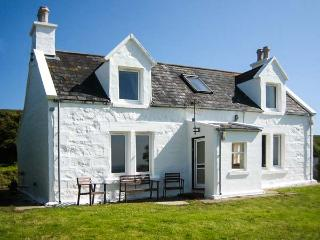 HERBUSTA VIEW, woodburner, exceptional views, pet-friendly, WiFi, charming cottage near Uig, Ref. 20010 - The Hebrides vacation rentals