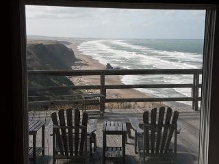 Fabulous ocean bluff home: elevated gas fireplace, 50